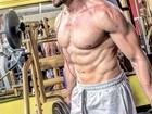 Ex-BBB Roni Mazon malha sem camisa e impressiona pelos músculos