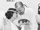 Mulher com câncer se casa em hospital e morre antes de ver as fotos
