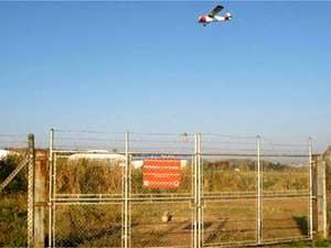 Avião sobrevoa o Aeroporto Campo dos Amarais, em Campinas (Foto: Luciano Calafiori/G1 Campinas)