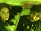 Laura Neiva e Chay Suede posam juntinhos na cama