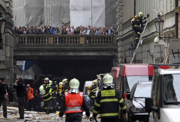 Bombeiros inspecionam local de explosão em Praga (Foto: David W Cerny/Reuters)