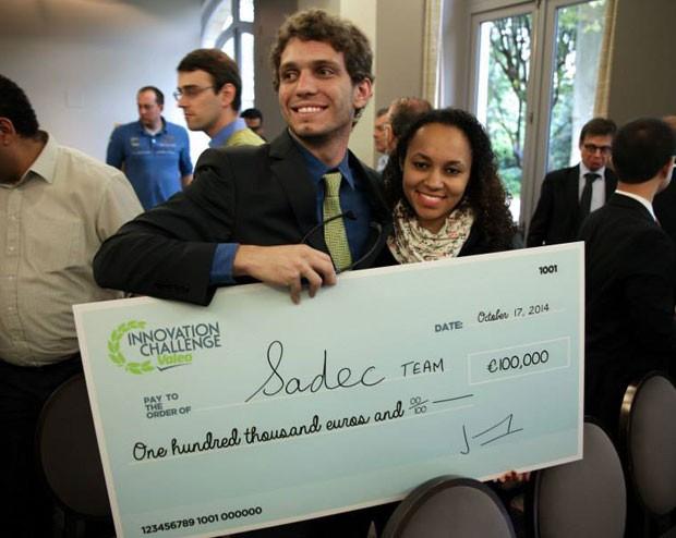 Os estudantes brasileiros Alexandre Bemquerer e Ana Carla Campos, da equipe Sadec, receberam 100 mil euros em prêmio de inovação na França (Foto: Divulgação/Grupo Valeo)
