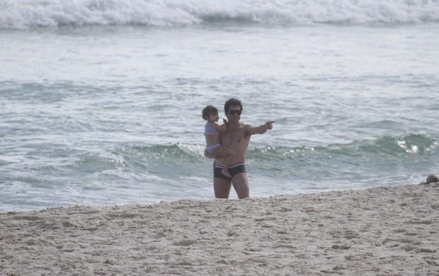 Cantor Daniel na praia da Barra da Tijuca, Rio de Janeiro, com a família (Foto: Dilson Silva / Agnews)