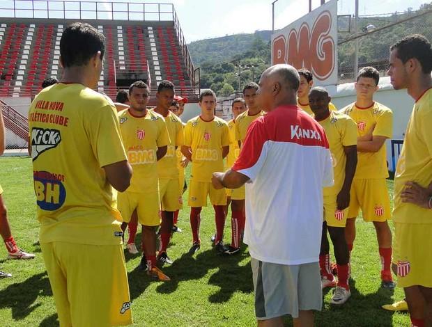 Reinaldo, técnico do Villa Nova, com time (Foto: Ana Paula Moreira / Globoesporte.com)