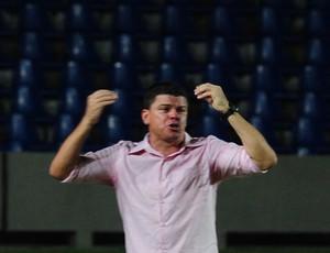 Celinho Valentim, treinador do Imperatriz (MA), no Estádio Castelão (Foto: Biaman Prado)