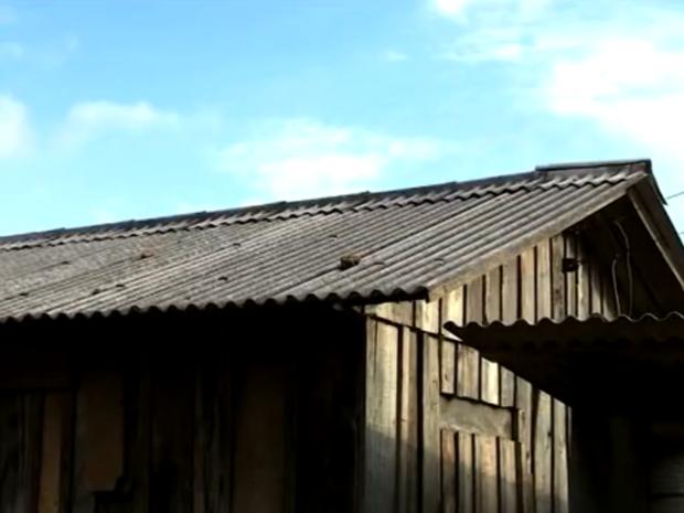 Casa é demolida após exorcismo no RS (Foto: Reprodução / RBSTV)
