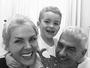 Ana Hickmann posta selfie sorridente com o marido e o filho: 'Bom dia'