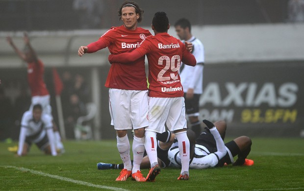 Forlan gol Internacional x vasco (Foto: Edu Andrade / Agência Estado)