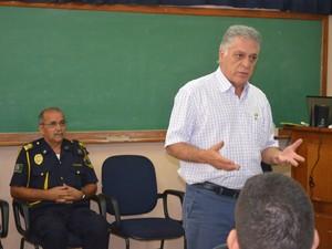 Prefeito Gabriel Ferrato e Silas Romualdo durante aula inaugural do curso da Guarda (Foto: Araripe Castilho/G1)