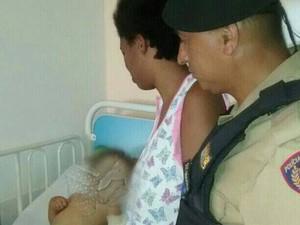 Policiais visitaram criança que ajudaram a socorrer em Divinópolis (Foto: PM/Divulgação)