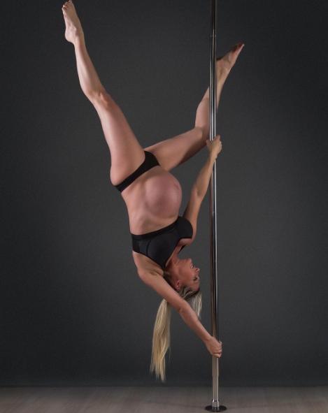 A modelo austríaca Sandy Poguter mostra seus movimentos incríveis mesmo com um barrigão de grávida! (Foto: Reprodução / Instagram)