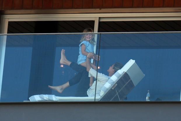 Gisele Bündchen brincando com a filha, Vivian (Foto: Dilson Silva / AgNews)