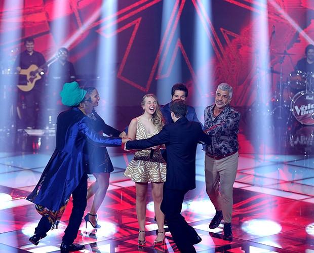 Técnicos do The Voice consolam Nonô Lellis após sua eliminação (Foto: Isabella Pinheiro / Tv Globo)