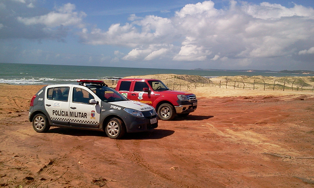 Corpo de Bombeiros e Polícia Militar foram a praia de Barrera, no RN,  para resgatar corpo. (Foto: Larisse de Souza/G1)
