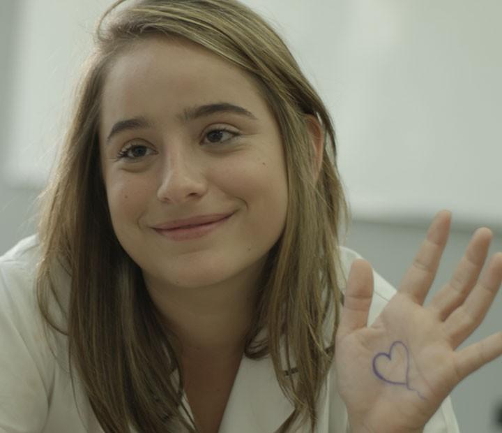 A adolescente se desculpa com a amiga (Foto: TV Globo)