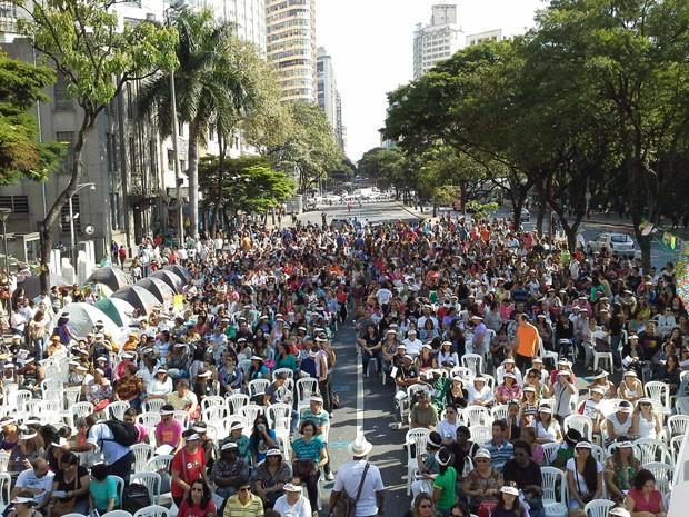 Servidores municipais se reúnem em frente à sede da Prefeitura de Belo Horizonte (Foto: Braulio Siffert/Sindibel)