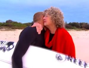 Mick Fanning beija a mãe antes de voltar a surfar na Austrália (Foto: Reprodução/Youtube/60minutes)