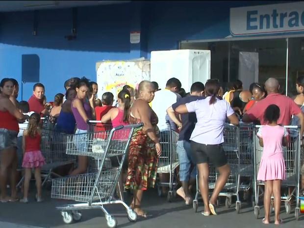 d5ef75e38a Filas formadas em supermercado de São Luís por conta do Black Friday (Foto   Reprodução