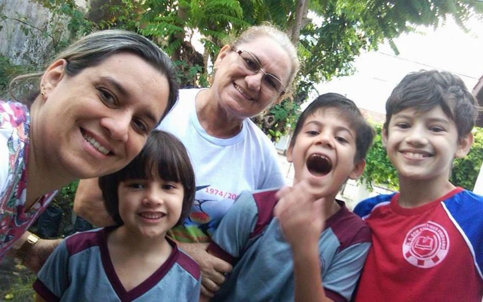 Família Martins também tem Luiza (segunda da esq. para dir.), de 7 anos, e a mãe de Adely (Foto: Adely Martins/Arquivo Pessoal)