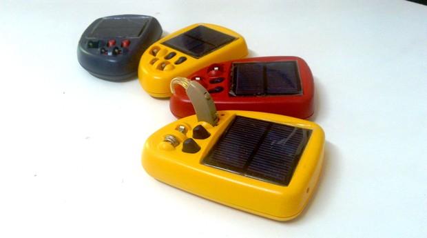 O recarregador de baterias feito pela Solar Ear é movido a energia solar (Foto: Bruna Martins Fontes/Editora Globo)