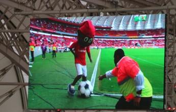 Segurança rouba a cena e dança com mascote no intervalo de Inter x Sport