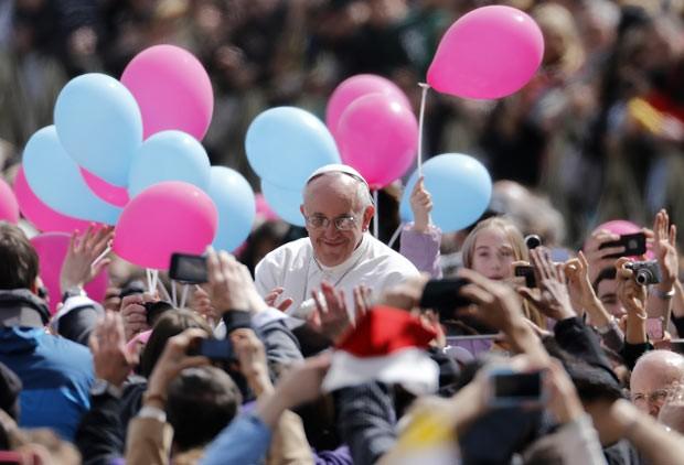 O Papa Francisco saúda os fiéis neste domingo (31) na Praça de São Pedro, no Vaticano (Foto: AP)