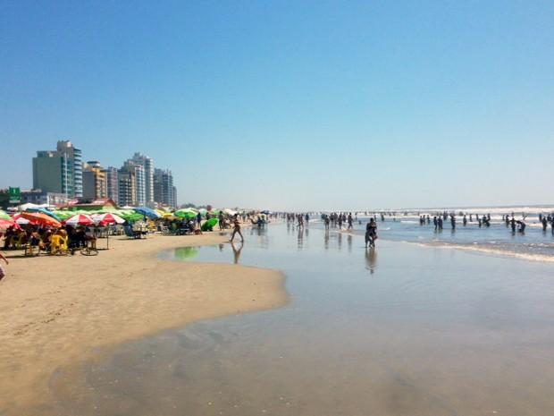 Banhistas aproveitam calor na beira-mar de Tramandaí (Foto: Alexandre dos Santos/RBS TV)