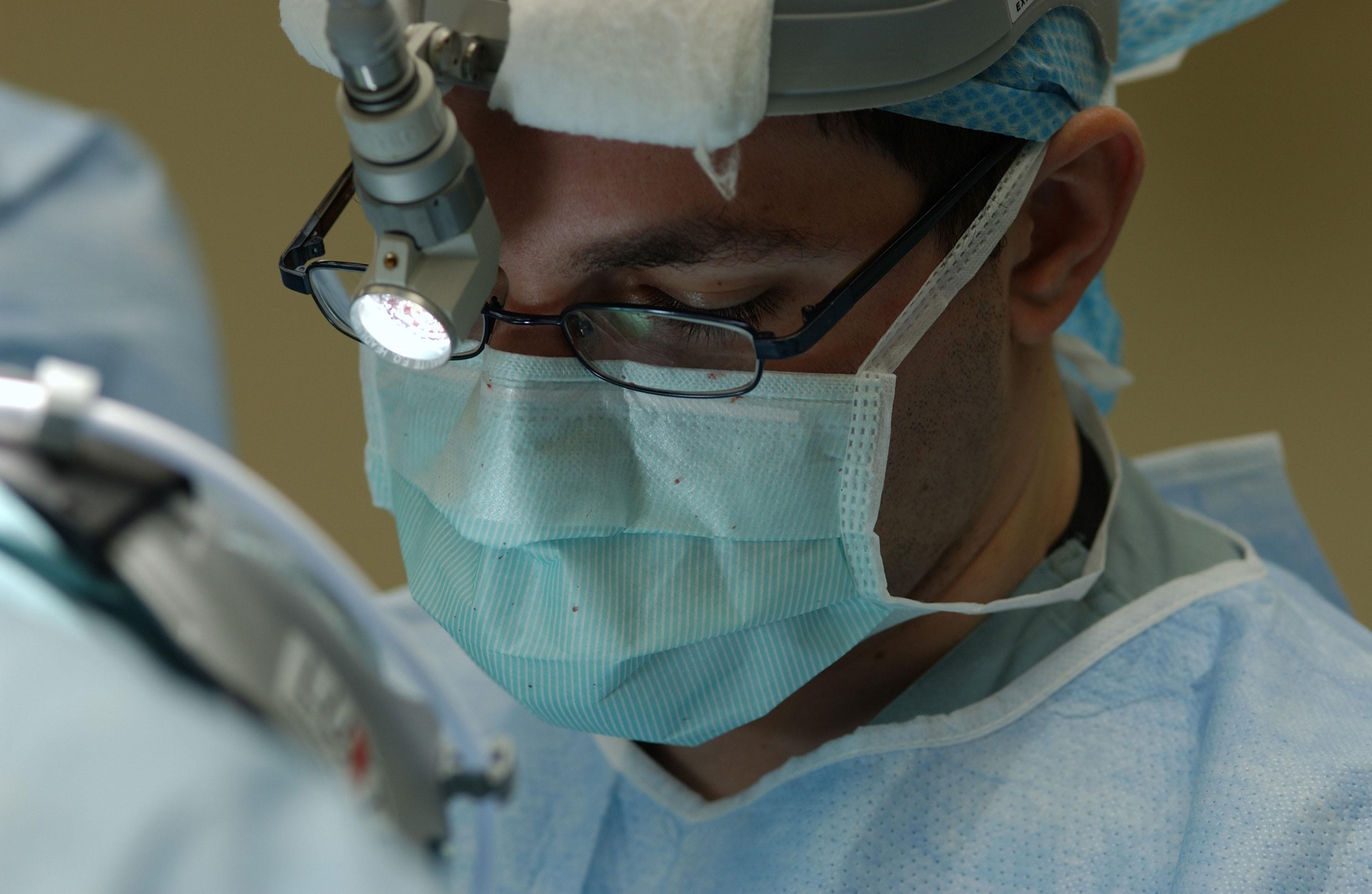 Médico faz cirurgia nos EUA (Foto: John Crawford/NCI)
