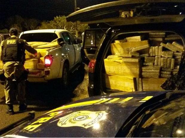 Droga estava escondida em duas caminhonetes  (Foto: Divulgação / Polícia Rodoviária Federal )