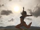 Carol Nakamura posa de biquíni e faz foto divertida em praia