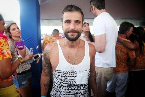 De regatinha, Bruno Gagliasso curte o carnaval de Olinda