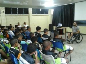 Além da parte esportiva, jovens do projeto passam por aulas e palestras (Foto: Divulgação)