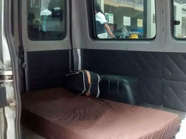 Carlinhos viajou da Paraíba para o Recife em uma van. O veículo teve os bancos traseiros retirados para receber um colchão que pudesse acomodar bem o paciente (Foto: Camila Torres / TV Globo)