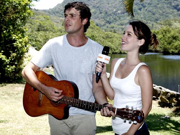 Depois das gravações, os atores cantam juntos para o Gshow (Foto: Fábio Rocha/ Gshow)