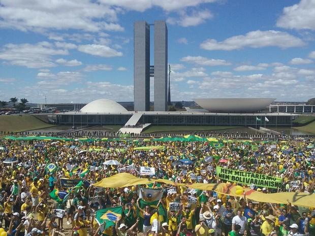 Manifestantes se reúnem em frente ao Congresso Nacional (Foto: Débora Cruz/G1)