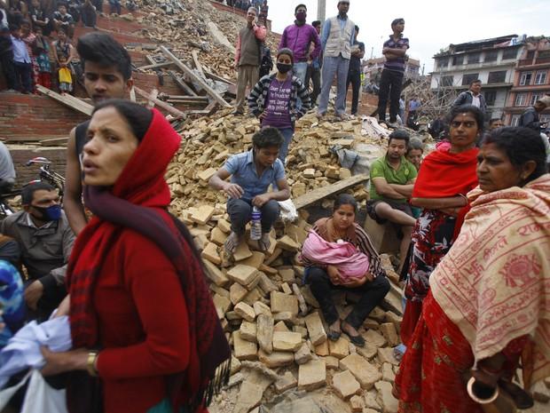 Pessoas esperam em região atingida pelo tremor, em Katmandu (Foto: ASSOCIATED PRESS/AP)