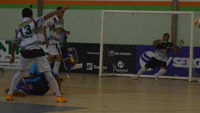 Rogério em ação na partida entre Lagarto e Moita Bonita (Foto: João Áquila / GloboEsporte.com)