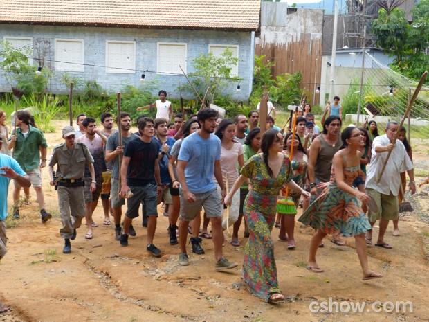 Celina e Inês lideram o povo de Tapiré contra Edu Dente de Ouro (Foto: Além do Horizonte/TV Globo)