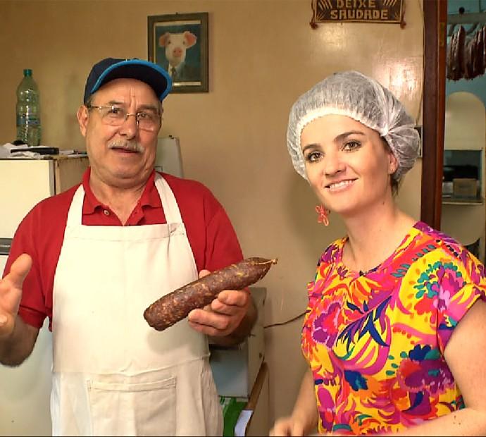 Michelly ao lado de Seu Hilton da Cruz, que produz linguiça, há 45 anos  (Foto: Reprodução/RPC)