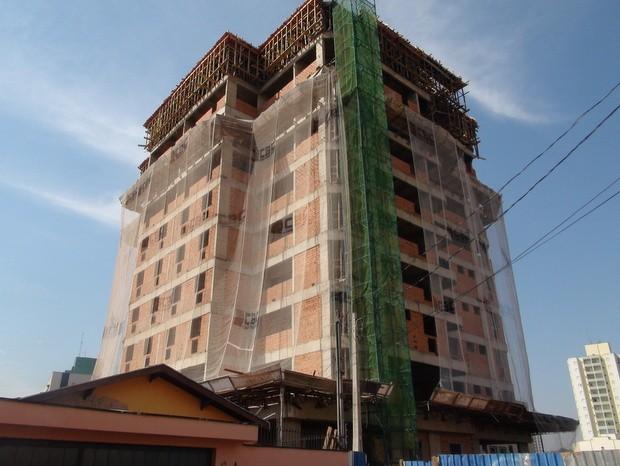 Construção onde o operário morreu em Piracicaba (Foto: Edijan Del Santo/EPTV)