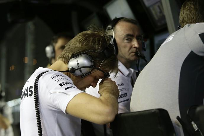 Nico Rosberg assiste GP de Cingapura dos boxes após abandonar (Foto: AFP)