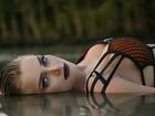 Thaiz Schmitt posa sensual para  campanha e mostra corpo sequinho
