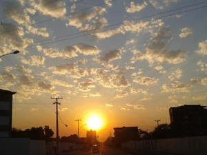Sol entre muitas nuvens predomina nesta segunda-feira (Foto: Suzi Rocha/G1)