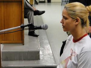 12.nov.2010 - Fernanda Gomes de Castro, ex-namorada do goleiro Bruno, desmente em juízo depoimento que deu à polícia, de que não teria encontrado com Eliza nos dias do júri (Foto: Pedro Triginelli/G1)