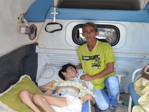 Dona de casa enfrenta estrada com a filha doente em ambulância não apropriada na esperaça da liberação do benefício do INSS (Foto: Tássio Andrade/G1)