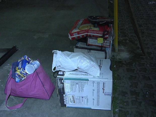 Alguns dos produtos saqueados no Bompreço do Ongunjá (Foto: Imagens/TV Bahia)