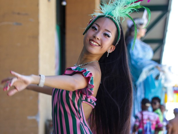 O que falta no português, a japonesa Saaya compensa com o samba e conquista admiradores (Foto: Rodrigo Gorosito/ G1)