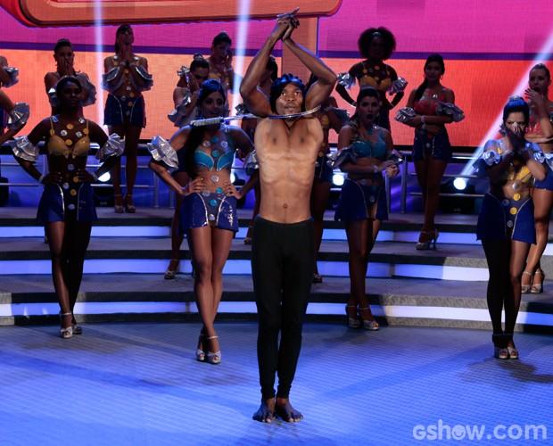Rachid Kasula Mabanza faz seu número de contorcionismo (Foto: Felipe Monteiro / TV Globo)