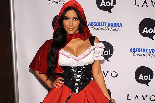 Kim Kardashian optou por fazer a sexy e meiga nesta fantasia de Chapéuzinho Vermelho em uma festa de Halloween. (Foto: Getty Images)