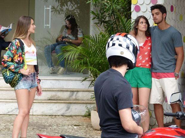 Vitor chega pra buscar Fatinha e Bruno fica só no carão (Foto: Malhação / Tv Globo)